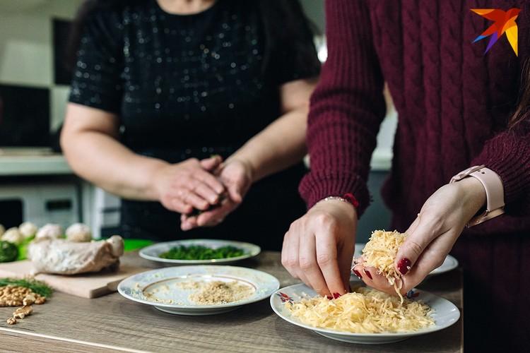 Шарики нужно скатать небольшие, размером с грецкий орех. Фото: Алесь ПИЛЕЦКИЙ.