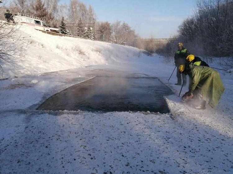 C помощью бензопил спасатели расширили полынью. Фото: Илья Середюк/ Instagram