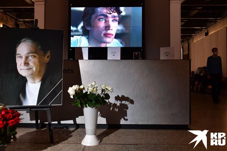 На экранах транслировали отрывки из фильмов с участием актера.