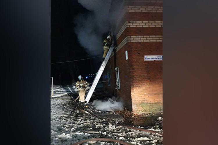 Более 30 пожарных боролись с огнем почти пять часов.