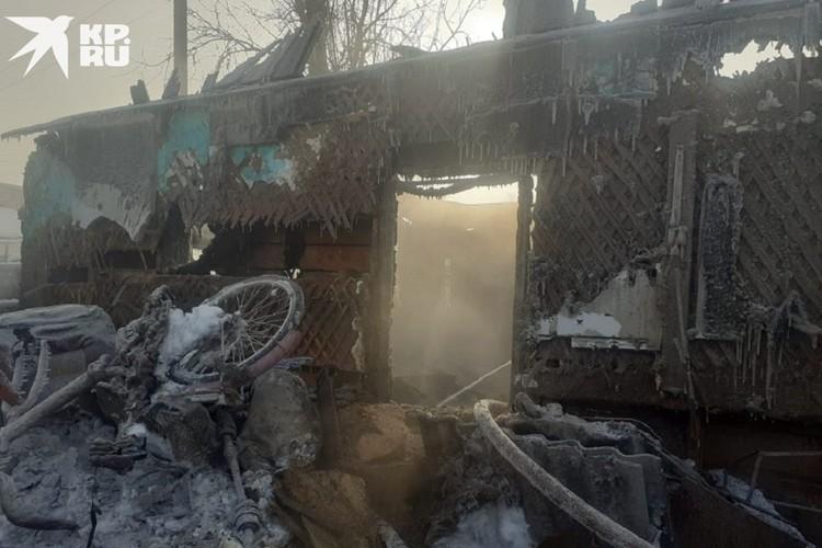 Сейчас пожарные выясняют, из-за чего точно вспыхнул дом. Фото: предоставлено героиней публикации.
