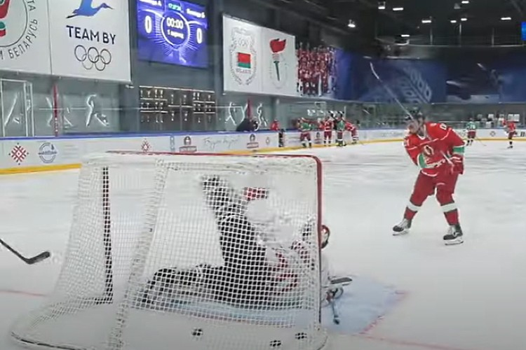Хоккей - одно из главных увлечений Лукашенко. Фото: стоп-кадр видео