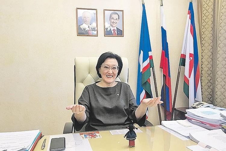 Сардана Авксентьева в рабочем кабинете.