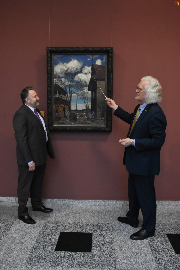 Директор Национального музея в Варшаве Лукаш Гавел и директор Национального художественного музея Беларуси Владимир Прокопцов у полотна Рущица.