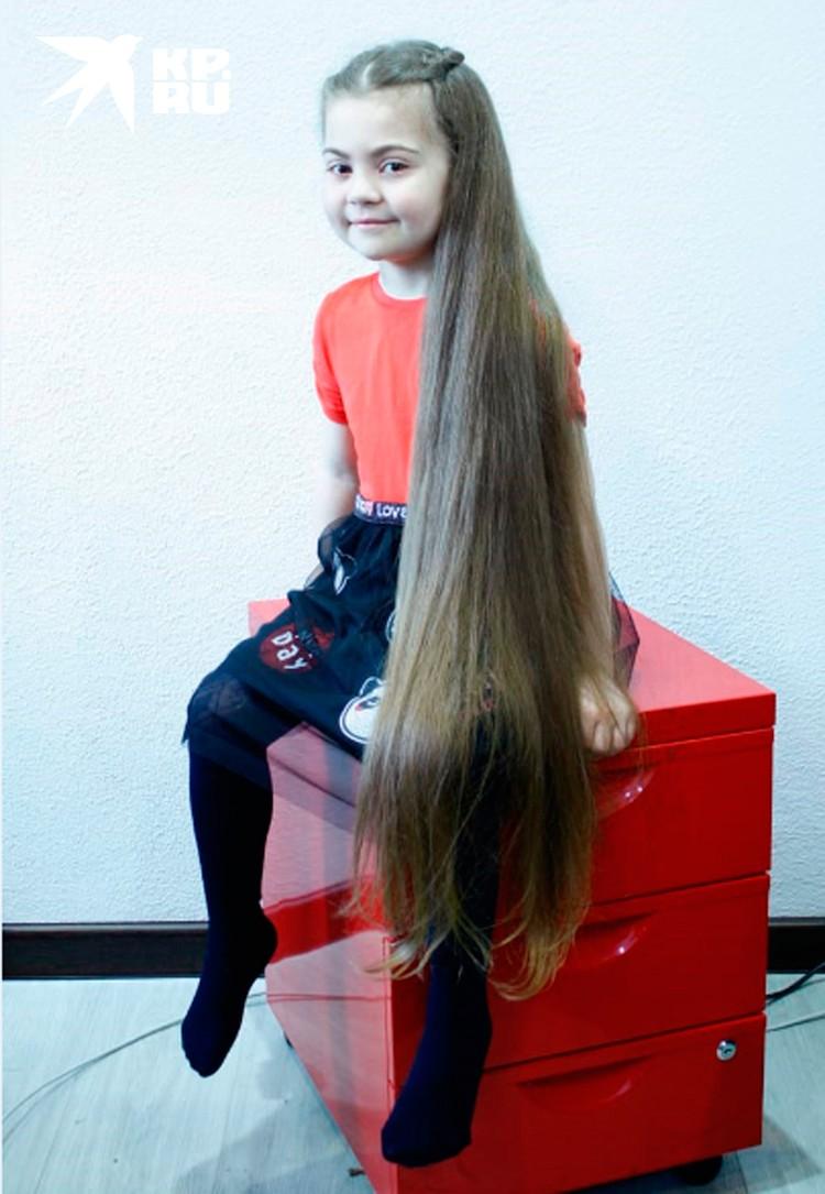 5-летняя Лола и сама в восторге от своих длинных волос.