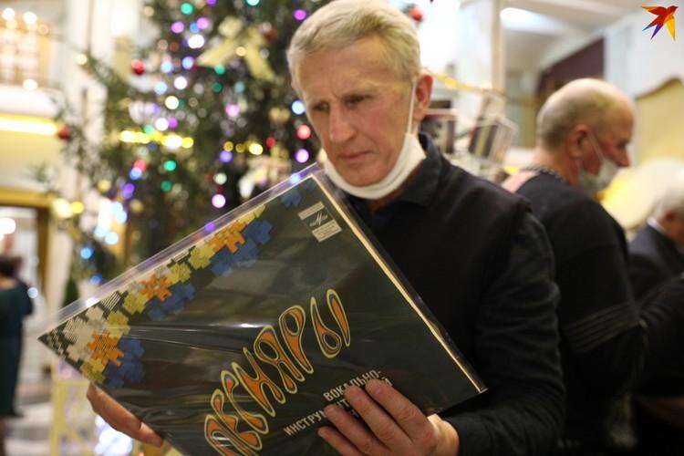 """В фойе можно было купить старые пластинки """"Песняров""""."""