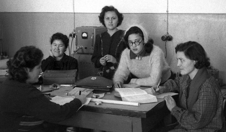 Зимой коммунального тепла не хватало, а потому эти студентки физфака КазГУ одеты изрядно (конец 1950-х).
