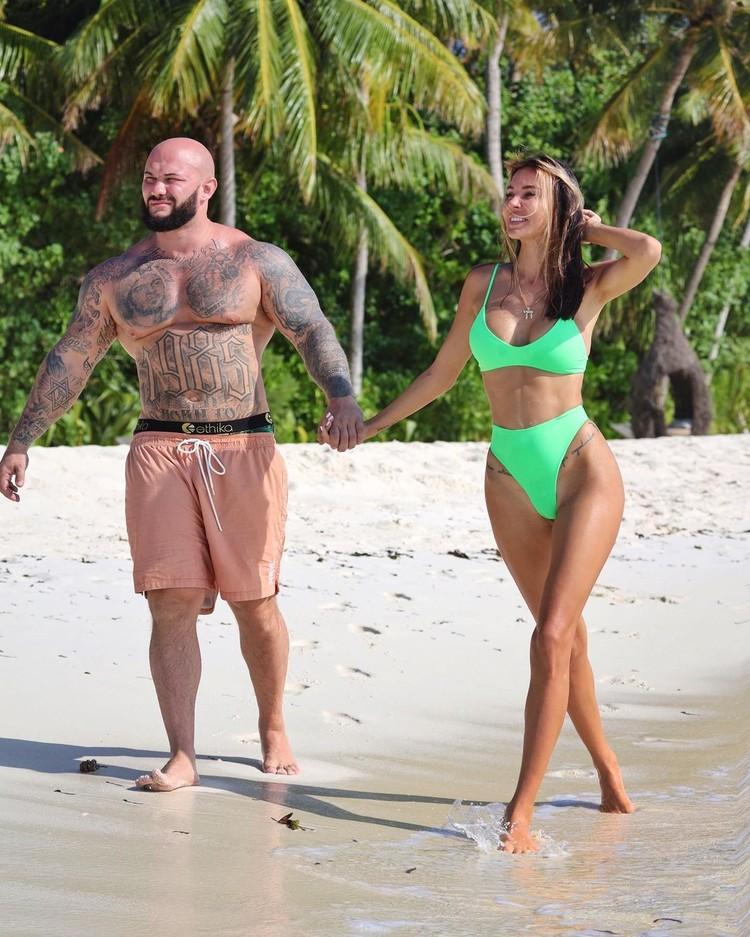Оксана Самойлова на пляже с мужем рэпером Джиганом. Оксана уже сообщила, что скоро сделает новую грудь.