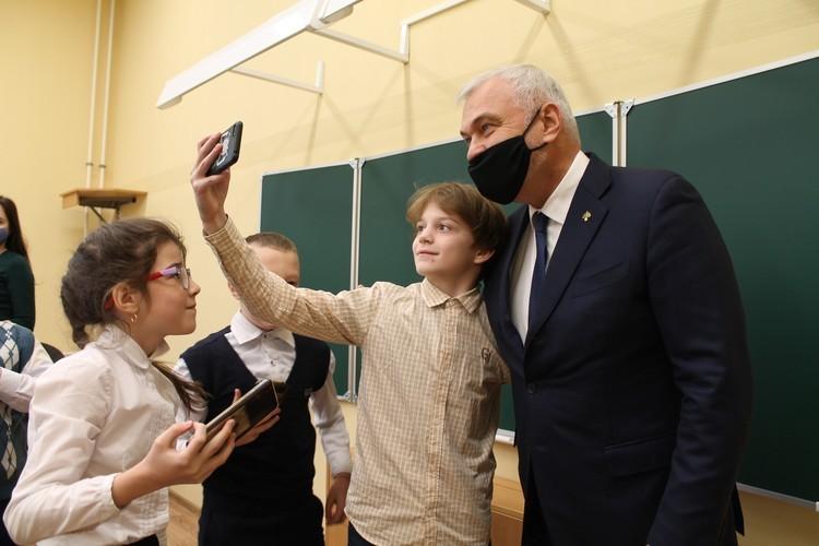 Краснозатонскую школу открывали пафосно.