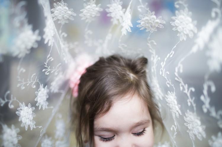 Алина всегда чувствует, если человек расстроен или у него где-то что-то болит, она видит то, что обычные люди не замечают Фото: Ольга Карпушина для свет.дети.