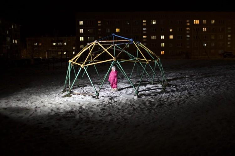Алина на детской площадке рядом с домом. Фото: Ольга Карпушина для свет.дети.