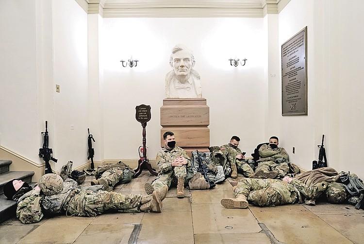 У ФБР есть информация, будто в Вашингтоне и столицах всех штатов готовятся волнения. Поэтому бойцам раздали оружие. Фото: Joshua Roberts/REUTERS