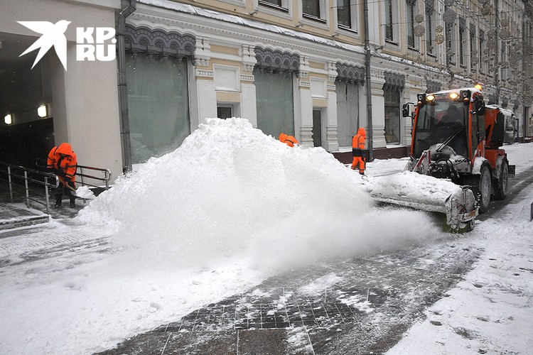 Убирать снег в столице вышли более 10 тысяч единиц спецтехники.