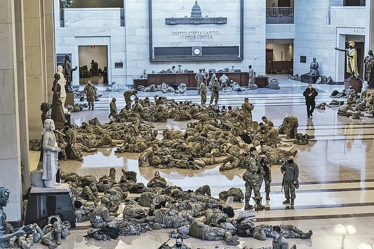 Бойцы Национальной гвардии США вповалку друг на друге валяются на полу Капитолия.