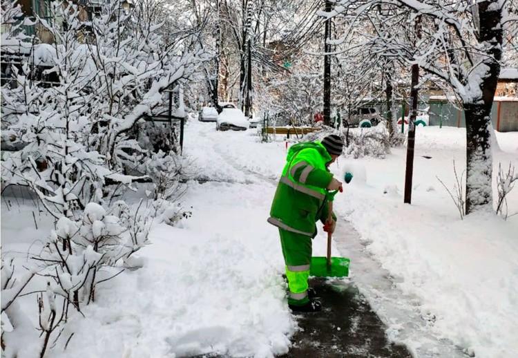 Коммунальщики расчищают улицы, но погода постоянно добавляет работы.