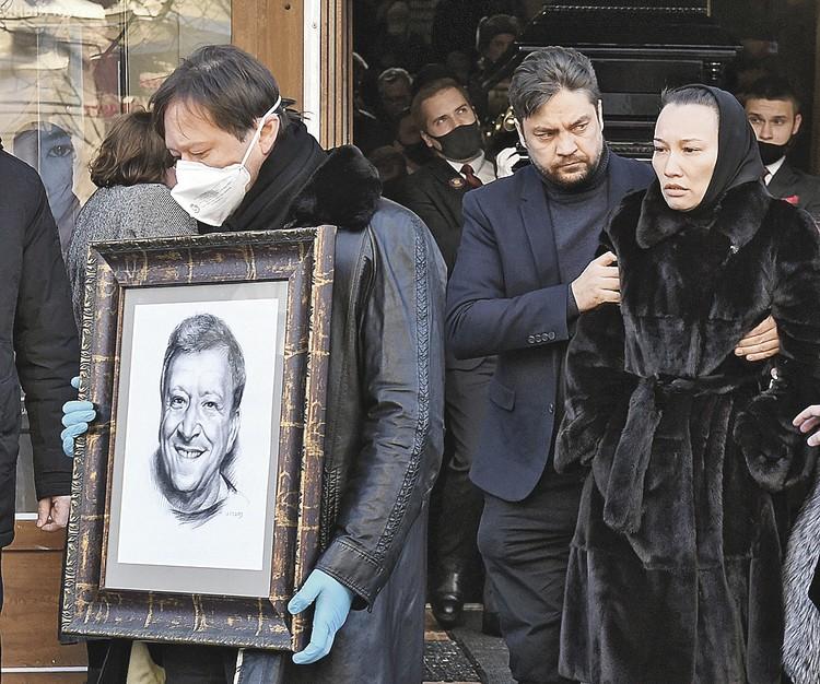 Вдова Бориса Грачевского Екатерина Белоцерковская и его сын Максим.