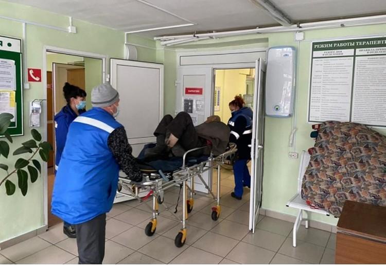 Мужчину госпитализировала бригада скорой.