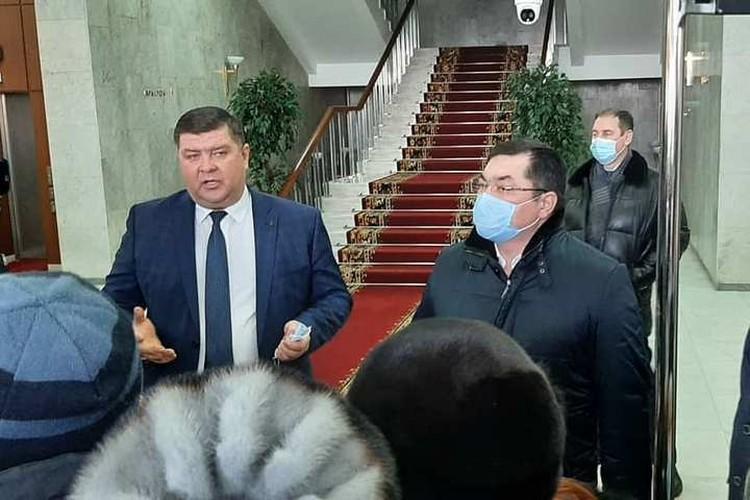 Беляев и Кильсенбаев пытаются выстроить диалог с народом