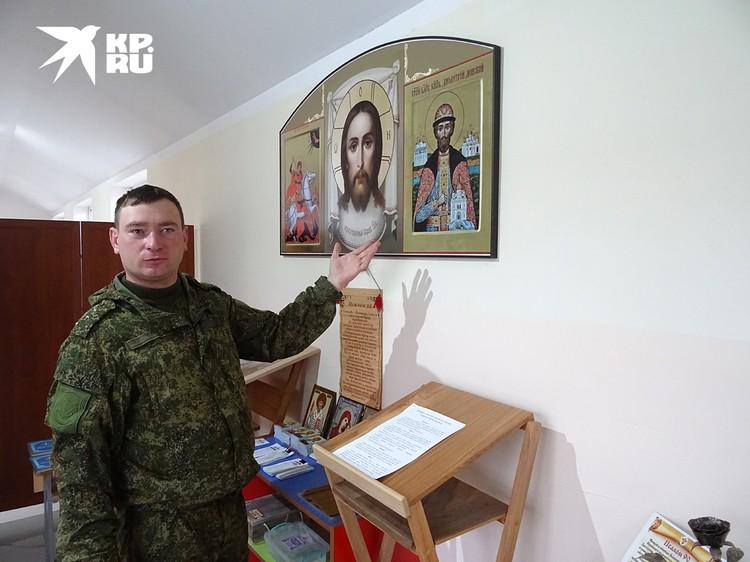 Иерей Борис Гришин обустроил место для богослужений прямо в коридоре штаба