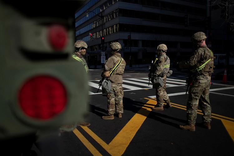 Бойцы национальной гвардии США на одном из перекрестков Вашингтона.