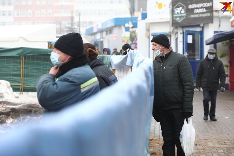 Местные жители по дороге на рынок интересуются ходом работ.