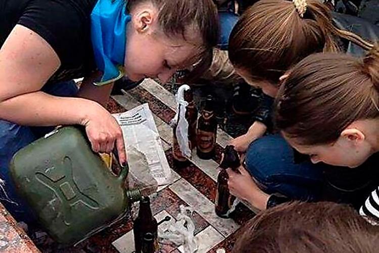 Фото из окрестностей Одесского Дома Профсоюзов, где 2 мая 2014 года были заживо сожжены и забиты 48 человек. На фото юные одесситы разливают по бутылкам бензин, которым скоро будут жечь людей.