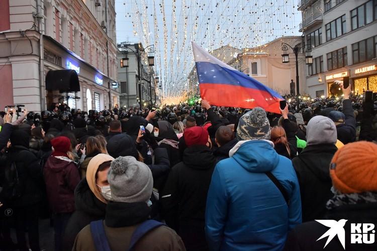 В толпе люди с флагами