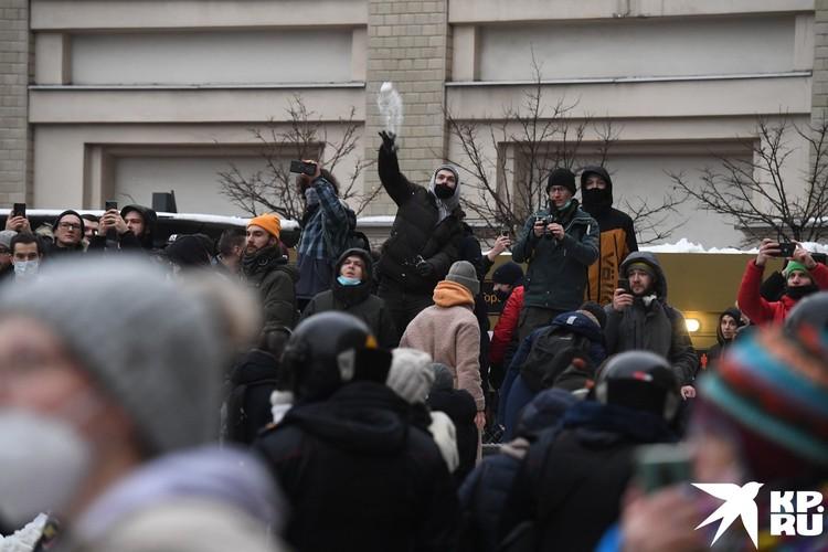Протестанты кидались в ОМОН снежками
