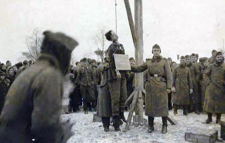 Казнь Зои Космодемьянской на немецкой фотографии.