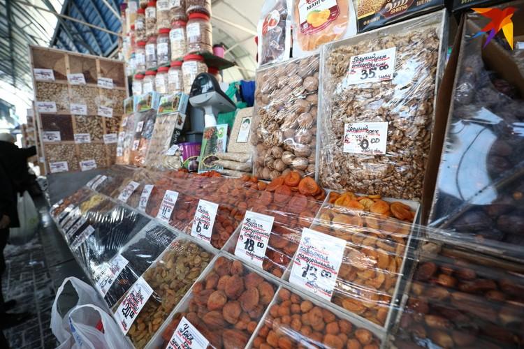 На морозе продают орехи, сухофрукты