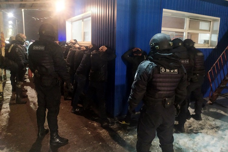 Нелегальных мигрантов перевозили в обход официальных пунктов пропуска. Фото: пресс-служба МВД России.