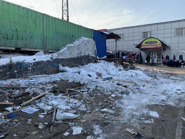 После сноса павильонов на территории рынка появились горы мусора, которые еще предстоит вывезти