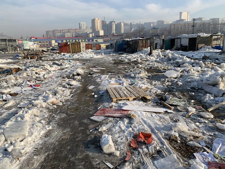 Работники не спешат вывозить мусор после сноса вещевого рынка