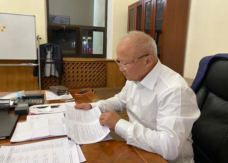 Нариман Тюлеев в рабочем кабинете после октябрьских событий в Бишкеке. Через два дня после назначения и.о. мэра снимут с должности.