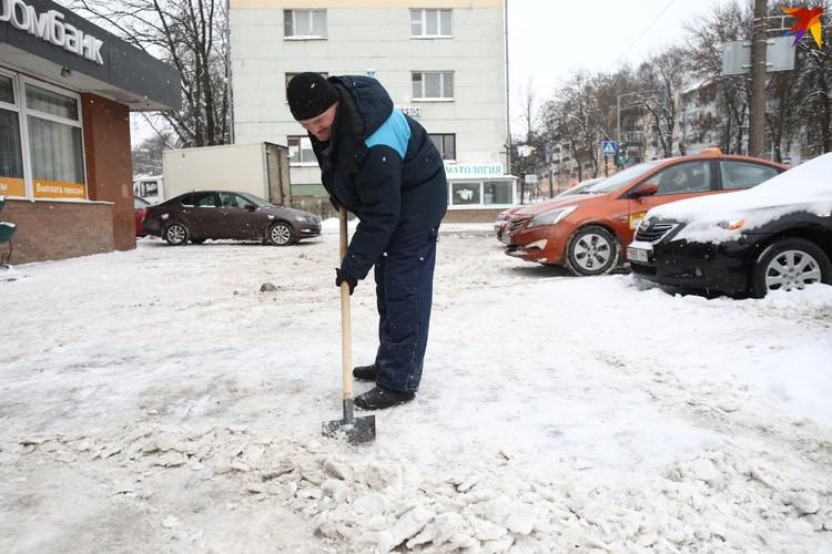 Алексей работает на полставки. Но в такой снегопад его график становится ненормированным