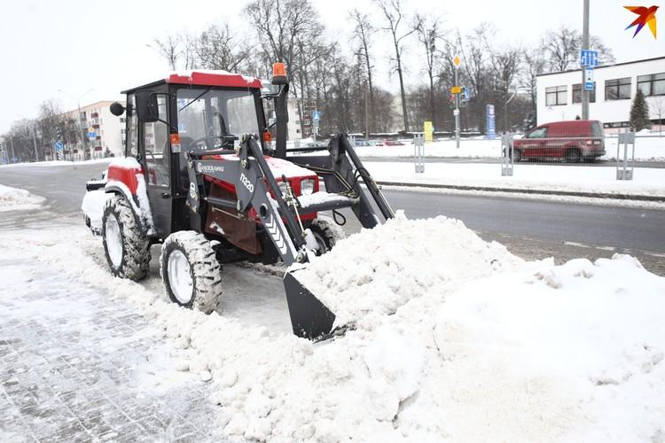 Даже самый маленкий трактор не стоит в эти дни без работы