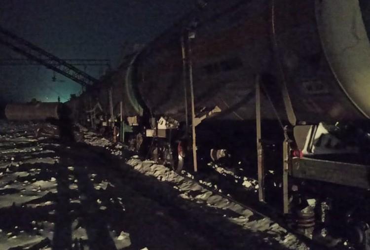 Из-за ДТП восемь пустых вагонов сошли с рельсов.