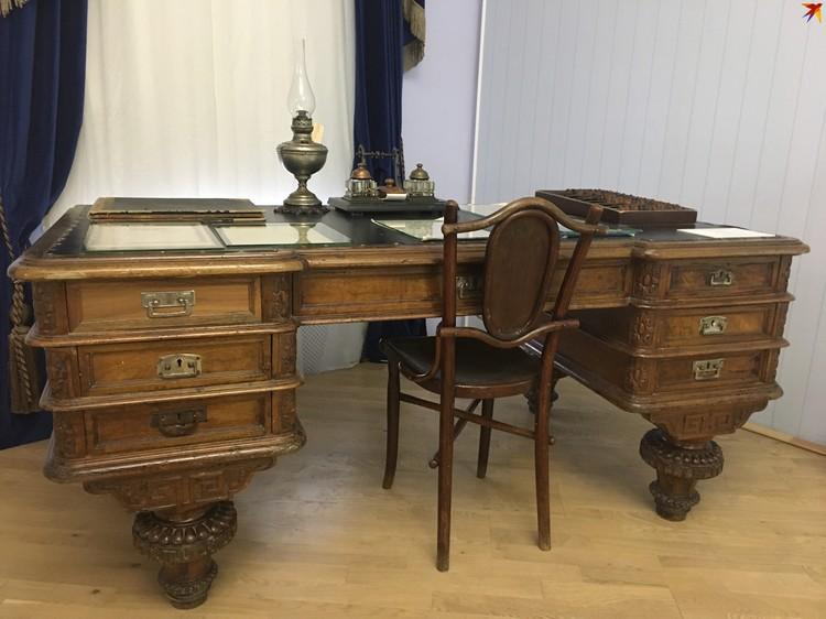 Подлинный стол из Казанской земельной управы, за котором мог работать Федор Шаляпин