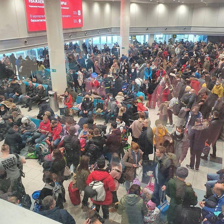 К полудню в аэропорте скопилось большое количество пассажиров, около 70 рейсов задерживаются.
