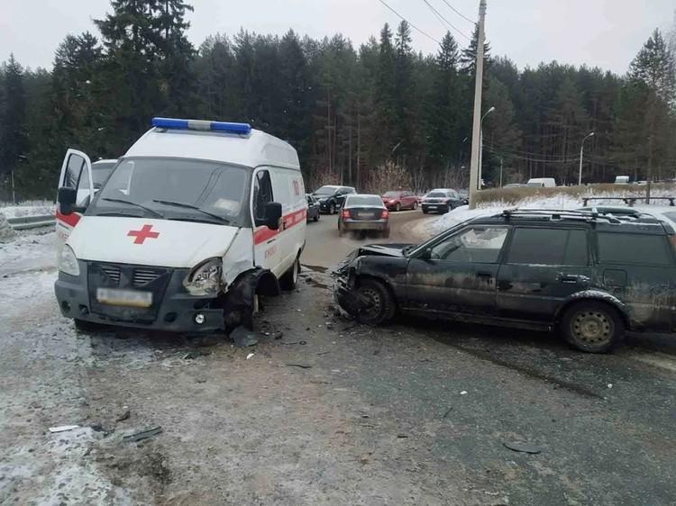 Легковушка вылетела на встречку и врезалась в машину скорой помощи в Ижевске