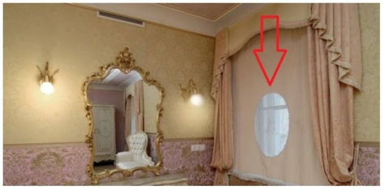 """Шторы с """"иллюминатором"""" надежно скрывают от лишних глаз. Фото: www.vipflat.ru"""