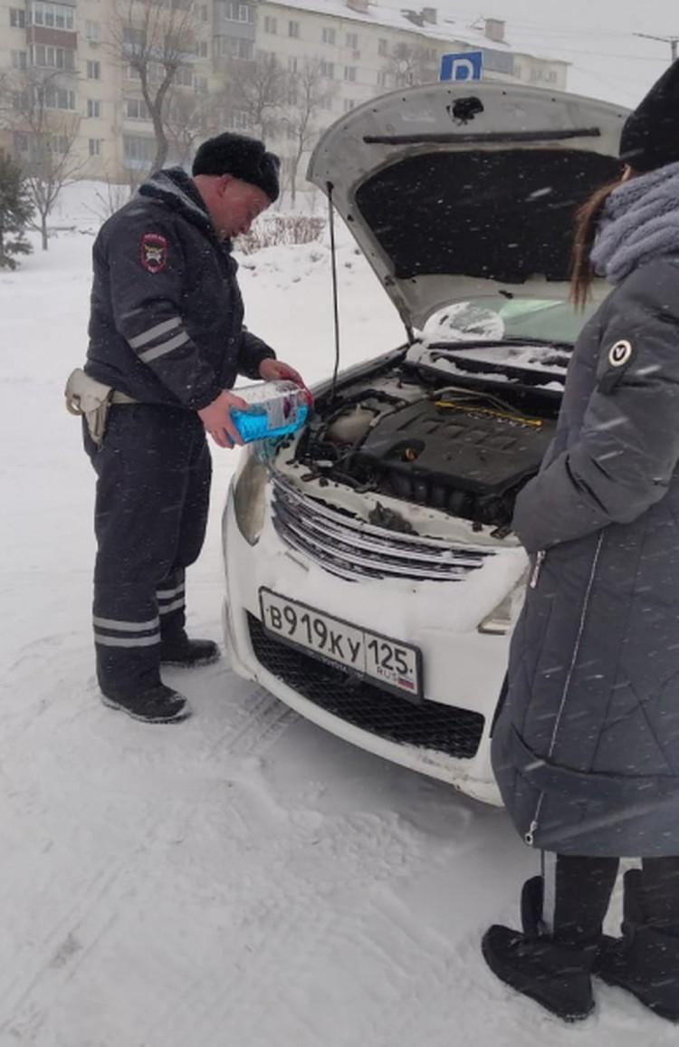 Полицейские помогали гражданам в непогоду справиться с трудностями на дороге