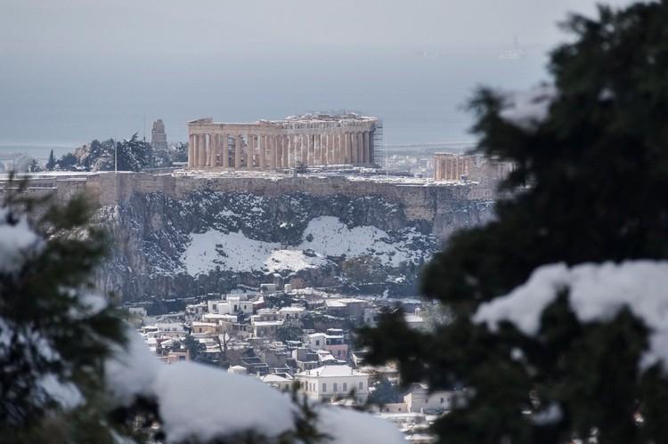 В афинском Акрополе снегом впервые за много лет завалило Парфенон и древнегреческие храмы