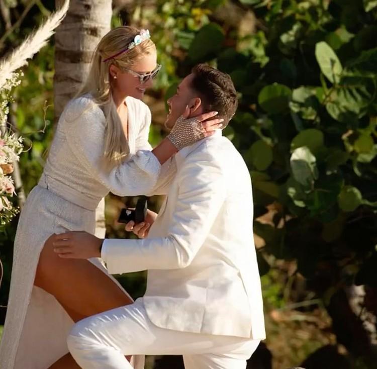 Одетый в белый костюм Картер встал на одно колено и преподнес кольцо. Фото: Инстаграм.