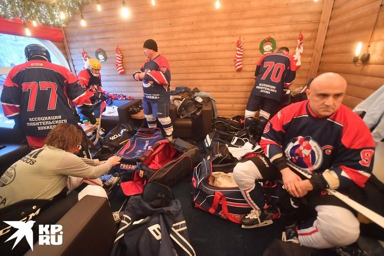 Игроки команды Ассоциации любительского хоккея серьезно готовились к матчу