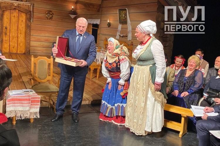 """Подарок Нефедовой не рассмотреть, но видно, что он вызвал удивление. Фото: """"Пул Первого""""."""