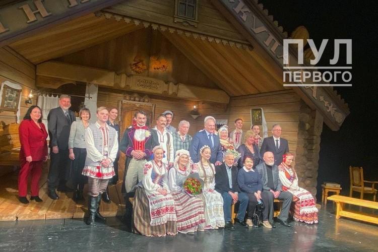 """Артисты Купаловского попросили Лукашенко сфотографироваться на память. Фото: """"Пул Первого""""."""