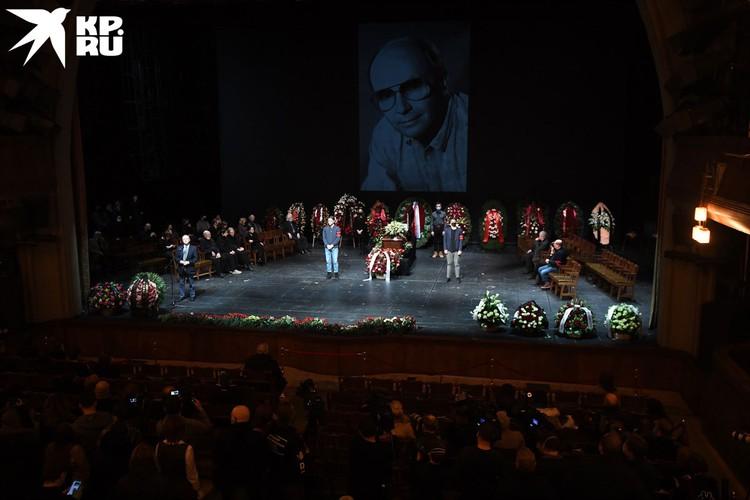 В зале играла тихая музыка. На экране сменялись черно-белые фотопортреты Андрея Васильевича из спектаклей, со сбора труппы, из фильмов с его участием.