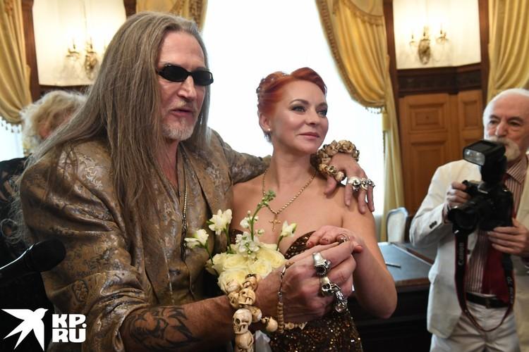 На руке Марины - кольцо с бриллиантом.