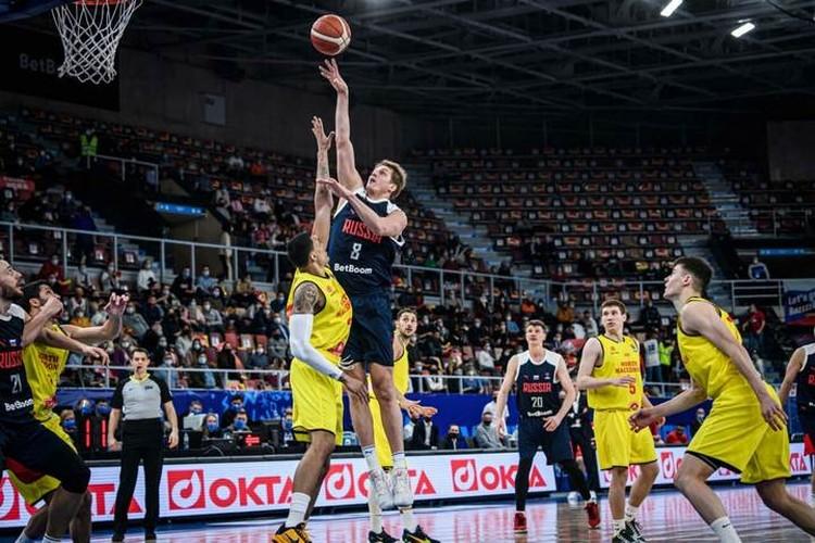Центровой пермского БК Парма Владимир Ивлев на переднем плане. Фото: предоставлено пресс-службой FIBA.